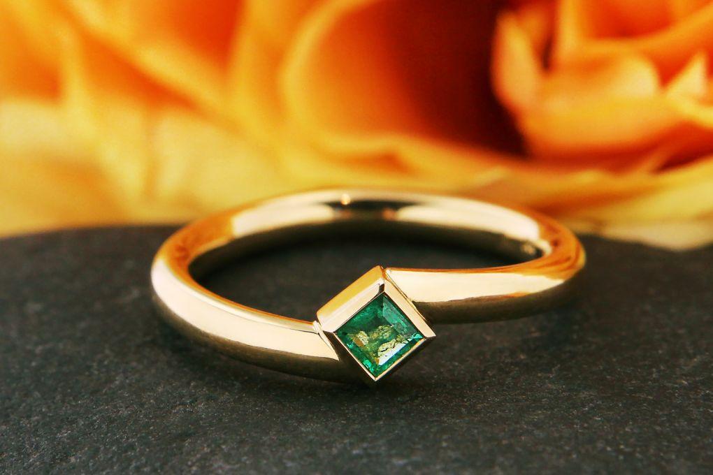 Damenring Gelbgold 750, mit 1 Smaragd carré