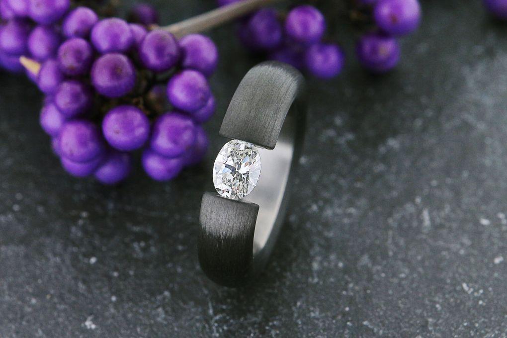 Damenring in Weissgold-Karbon, mit 1 ovalen Diamanten 0.84ct