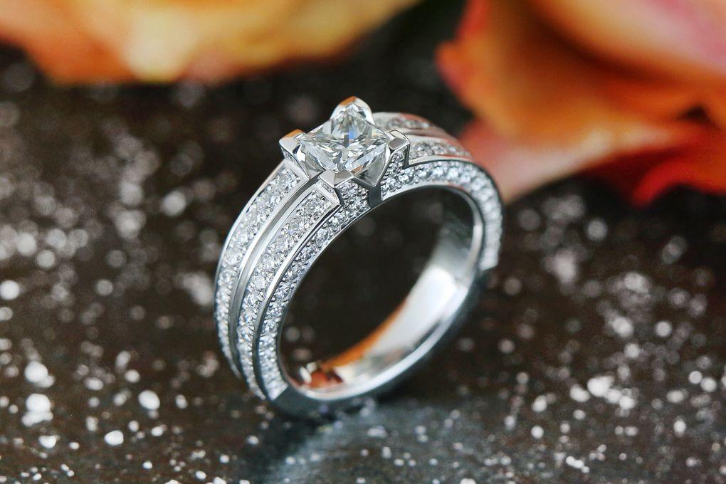 Solitär Weissgold 750, mit 1 Princess Diamant 0.83ct G vvs2 und 82 Brillanten 0.64ct TW vvs, Preis auf Anfrage