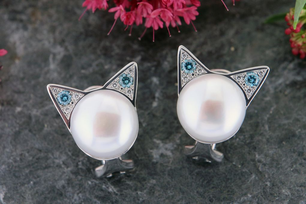 """Ohrclip """"Katzen"""" Weissgold 750, mit weissen und blauen Brillanten, mit 2 Mabé Perlen"""