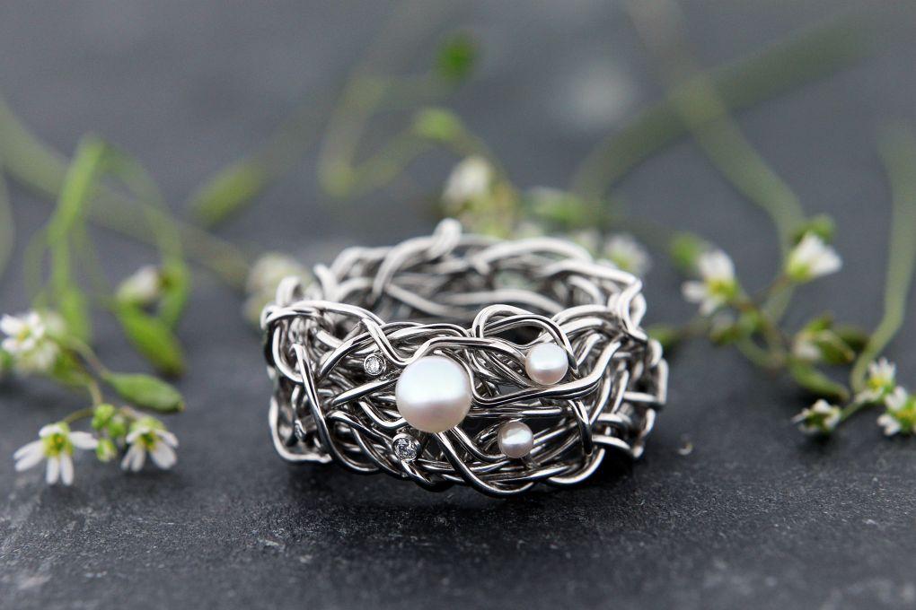 Damenring in Weissgold 750, mit 3 Brillanten TW vs und 3 Perlen, Breite 10mm                        , Breite mm