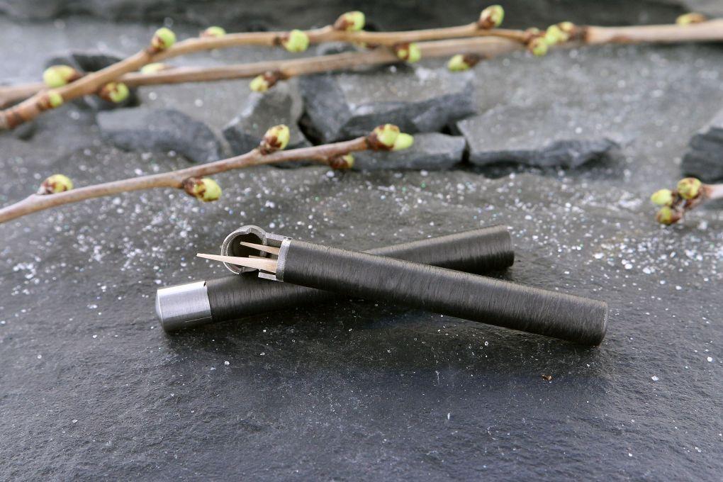 Zahnstocher Behälter aus Edelstahl und Karbon